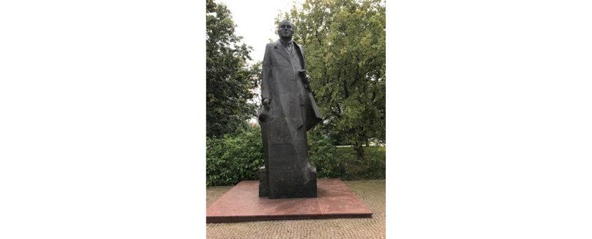 Pomnik Romana Dmowskiego przy al. J. Ch. Szucha